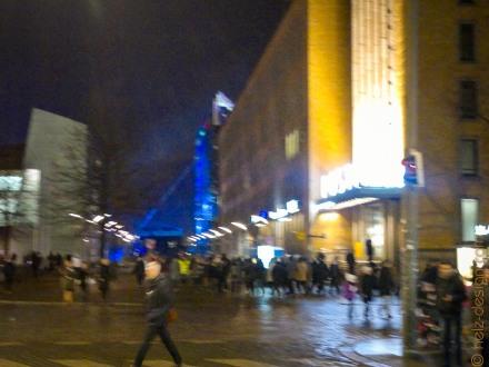 Menschenmassen an der Postikatu – im Hintergrund das Blau sind die Scheinwerfer am Kansalaistori